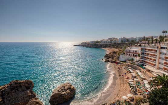 Visite las playas y calas con acantilados de Nerja